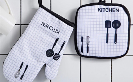 $14.95 for a Kitchen Potholder & Oven Mitt Set (a $35 Value)